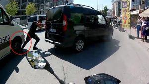 Bozulan aracını itiyordu, minibüs ayağını ezdi