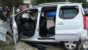 Hafif ticari araç trafik levhasına çarptı; 3 ÖLÜ