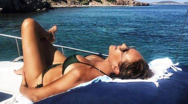 Hülya Avşar'dan bikinili poz