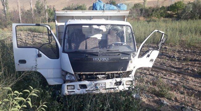 Minibüs ile kamyonet çarpıştı: 18 yaralı