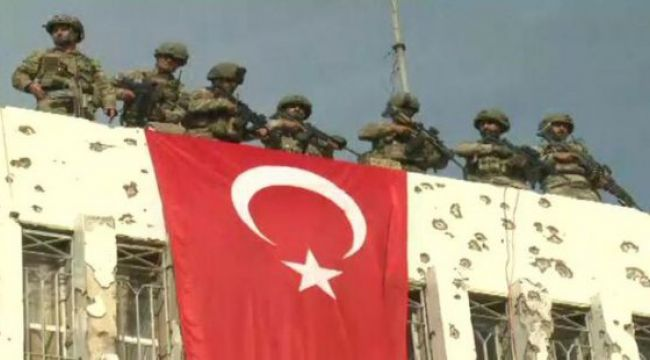 Resulayn'da belediye binasına Türk bayrağı asıldı