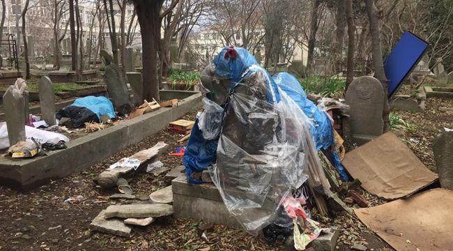 İstanbul'da tarihi mezarlık kaderine terk edildi