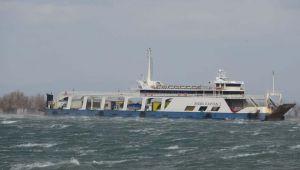 Çanakkale'de fırtınanın sürüklediği feribot, karaya oturdu