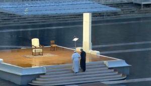 Papa meydanda tek başına dua etti