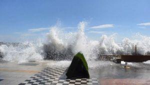 Dev dalgalar 30 metreye ulaştı