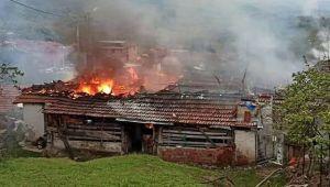 Elektrik kaçağından çıkan yangında bir ev kül oldu