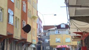 Esenler'de rüzgarda uçan çatı karşı apartmandaki dairenin içine girdi