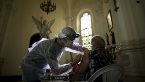 İngiltere'de Kovid-19 aşısı insanlar üzerinde denenecek