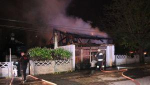Bolu'da, kullanılmayan ev ve iş yeri alev alev yandı