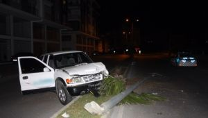 Boş yolda kaza yapan alkollü sürücü otomobilini bırakıp kaçtı