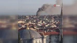 Fatih'te ahşap iki binada korkutan yangın