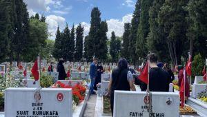 Ramazan Bayramı öncesi aileler, şehitliği ziyaret etti