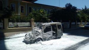 Beyoğlu'nda araç alev alev yandı