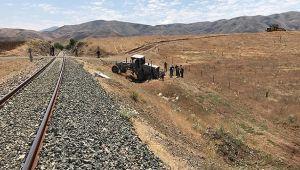 Elazığ'da tren, iş makinesine çarptı
