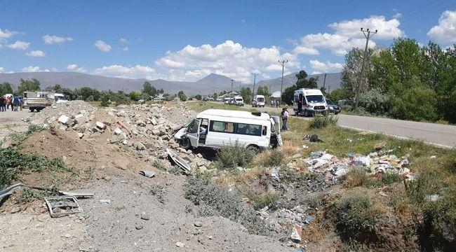 Van'da yolcu minibüsü şarampole yuvarlandı