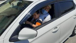 Kucağında çocukla otomobil kullandı