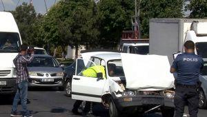 Otomobil minibüse arkadan çarptı
