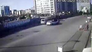 Otomobilin çarptığı yaya metrelerce uçtu