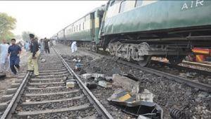 Pakistan'da tren, yolcu otobüsüne çarptı