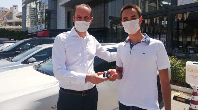 Türkiye birincisi öğrencisine otomobilini hediye etti!