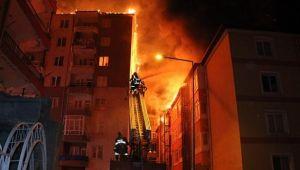 Yozgat'ta bir apartmanda çıkan yangın yan binaya sıçradı