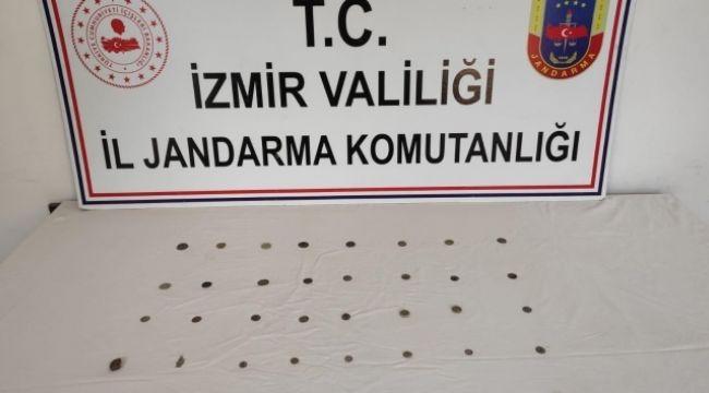 İZMİR'DE TARİHİ PARALARI SATAMADAN YAKALANDI