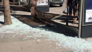 Otomobil durağa girdi, facianın eşiğinden dönüldü