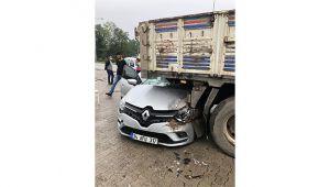 Samsun'da otomobil kamyonun altına girdi