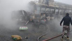 Pakistan'da yolcu otobüsü ile kamyon çarpıştı