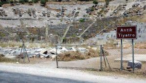 2 bin 400 yıllık antik tiyatroda kaçak kazı