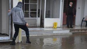 Edirne'de sağanak etkili oldu, cadde ve sokaklar suyla doldu
