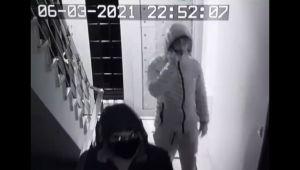 Apartmana giren 2 hırsız ayakkabıları böyle çaldı