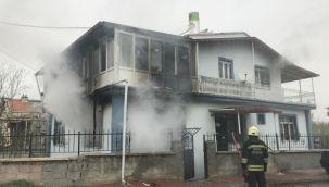 Çakmakla perdeyi tutuşturan çocuk evi yaktı
