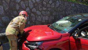 Direksiyon hakimiyetini kaybeden araç sürücüsü bariyere çarptı