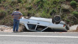 Tekeri yerinden fırlayan otomobil ters döndü