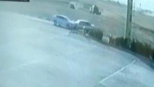 Araçların kafa kafaya çarpışma anı güvenlik kamerasına yansıdı