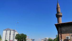 Caminin minaresine yıldırım isabet etti, parçalar yola savruldu