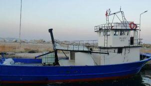 Çanakkale Boğazı'nda arızalanan tekne kıyıya çekildi