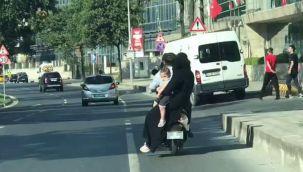 Motosiklet üzerinde 4 kişilik tehlikeli yolculuk!