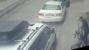 Şaşkın hırsız çaldığı elektrikli bisikletle önce arabaya sonra kaldırıma çarptı