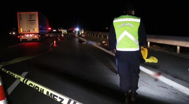 TEM'de patlayan lastiği değiştiren 2 kişiye kamyonet çarptı