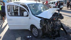 Adana'da iki hafif ticari araç kafa kafaya çarpıştı