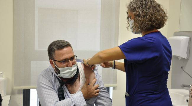 Hastanenin ilk Turkovac gönüllüsü aşı oldu